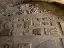 Gammal inomhus vägg Maguelone Cathedral arkivbild