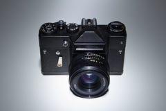 Gammal isolerad fotokamera Arkivbilder