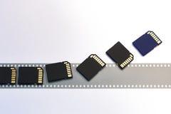 Gammal isolerade film och moderna digitala överenskommelseSD-kort Arkivbild