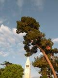 Gammal Istrian stad av Novigrad, Kroatien En härlig kyrka med ett högt elegant klockatorn, stenar gränder och det gamla medelhavs arkivfoton