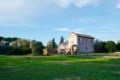 Gammal italienare vila med det gröna fältet Arkivfoton