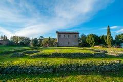 Gammal italienare vila med det gröna fältet Arkivfoto
