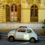 Gammal italiensk bil i Bari, Italien Arkivfoton