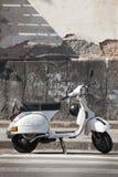 Gammal italiensk motorcykel, vit Vespa royaltyfri fotografi