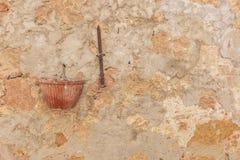 Gammal italiensk renässansväggtextur med blomkrukan royaltyfri bild