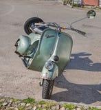 Gammal italiensk sparkcykelVespa Royaltyfri Fotografi