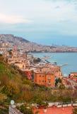 Gammal italiensk stad i höst Kuststad med röda stenbyggnader vid havet Royaltyfri Bild