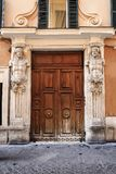 Gammal italiensk tappningdörr i Rome, Italien Arkivbilder