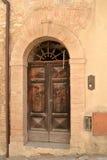 Gammal italiensk ytterdörr Fotografering för Bildbyråer
