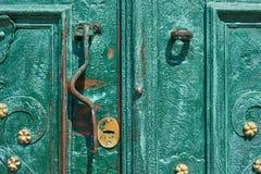 Gammal järndörr som förfalskas och målas i grön färg med guld- blommor för bakgrund, tappningstil, retro beståndsdelar Arkivbild