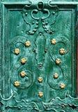 Gammal järndörr som förfalskas och målas i grön färg med guld- blommor för bakgrund, tappningstil, retro beståndsdelar Royaltyfria Bilder