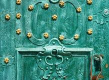 Gammal järndörr som förfalskas och målas i grön färg med guld- blommor för bakgrund, tappningstil, retro beståndsdelar Arkivfoton