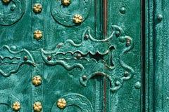 Gammal järndörr som förfalskas och målas i grön färg med guld- blommor för bakgrund, tappningstil, retro beståndsdelar Royaltyfri Foto