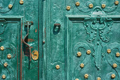 Gammal järndörr som förfalskas och målas i grön färg med guld- blommor för bakgrund, tappningstil, retro beståndsdelar Fotografering för Bildbyråer