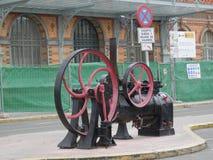 Gammal järnväg ångamotor på förgård av järnvägsstationen Royaltyfria Bilder