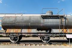 Gammal järnväg behållare på den järnväg bussgaraget arkivfoto