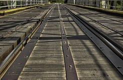 Gammal järnväg på bron Arkivfoto