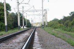 Gammal järnväg utanför staden Arkivbild