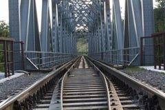 Gammal järnväg utanför staden Arkivbilder