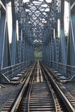 Gammal järnväg utanför staden Arkivfoto