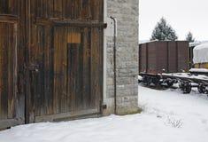 Gammal järnvägbussgarage och järnväg bilar Arkivbild