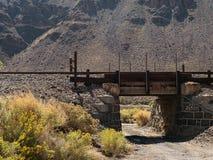 Gammal järnvägplanskild korsning Arkivfoto