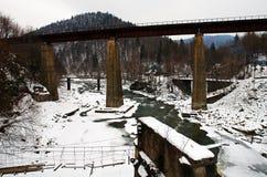 Gammal järnvägsbro över den snabba bergfloden Royaltyfri Fotografi