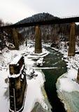 Gammal järnvägsbro över den snabba bergfloden Royaltyfri Foto