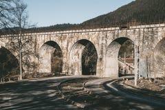 Gammal järnvägsbro i de Carpathian bergen Östligt uttryck royaltyfria foton