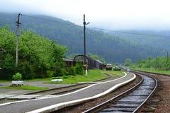 Gammal järnvägsstation i Carpathian berg arkivbild