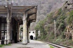 Gammal järnvägsstation i Psyrdzkha, nya Athos, Abchazien Royaltyfri Foto
