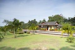 Gammal järnvägsstation i söderna av Thailand arkivbild