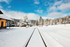 Gammal järnvägsstation i vinter Arkivfoton