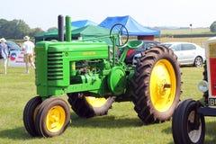 Gammal John Deere traktor. Royaltyfri Fotografi