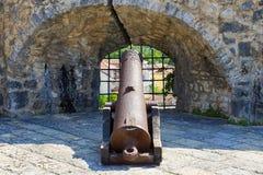 Gammal järnkanon på vallarna, Herceg Novi, Montenegro Arkivbild