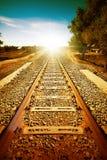 Gammal järnväg som ska suns lätt Arkivbild