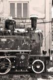 Gammal jugoslavisk lokomotiv i Vrsac, Serbien royaltyfri foto