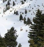 Gammal kabin i hjärtan av ett snöig berg arkivfoto