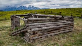 Gammal kabin i Wyoming Royaltyfri Bild