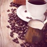 Gammal kaffekruka och kopp på trälantlig bakgrund Royaltyfria Bilder