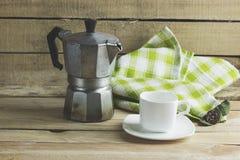Gammal kaffekruka och vitkopp Fotografering för Bildbyråer