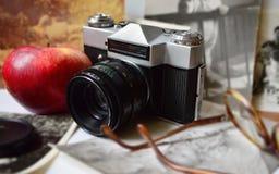 Gammal kamera, ett äpple & exponeringsglas Royaltyfria Foton