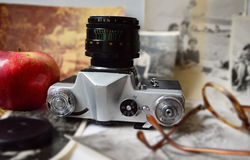 Gammal kamera, ett äpple & exponeringsglas Royaltyfria Bilder