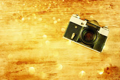 Gammal kamera för tappning på brun träbakgrund Royaltyfri Foto