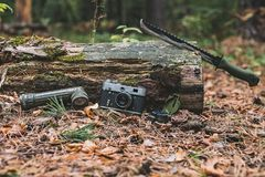 Gammal kamera, ficklampakompass och machete Selektivt fokusera Royaltyfri Bild