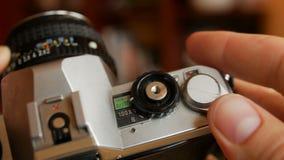 Gammal kamera i händer lager videofilmer
