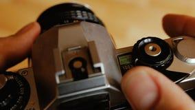 Gammal kamera i händer stock video