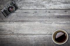 Gammal kamera i retro tappningbakgrund Fotografering för Bildbyråer
