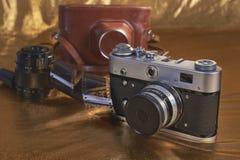 Gammal kamera, lins, fall retro sammansättning arkivbild