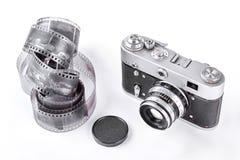 Gammal kamera med bandet och locket royaltyfria foton